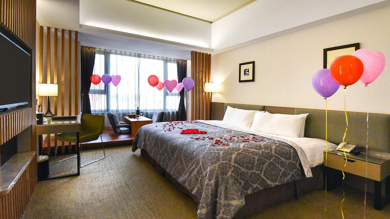 嘉義住宿推薦「尊皇」,CP值高,房間大、床超大 的Sky Bar飯店